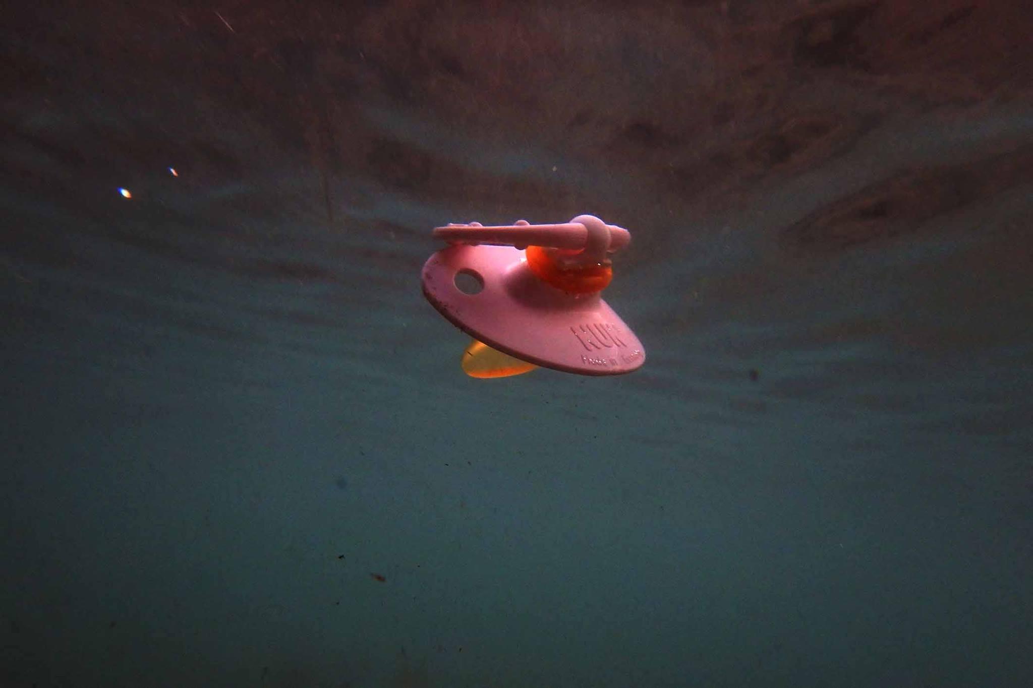 chupete bajo el agua en la isla de lesbos