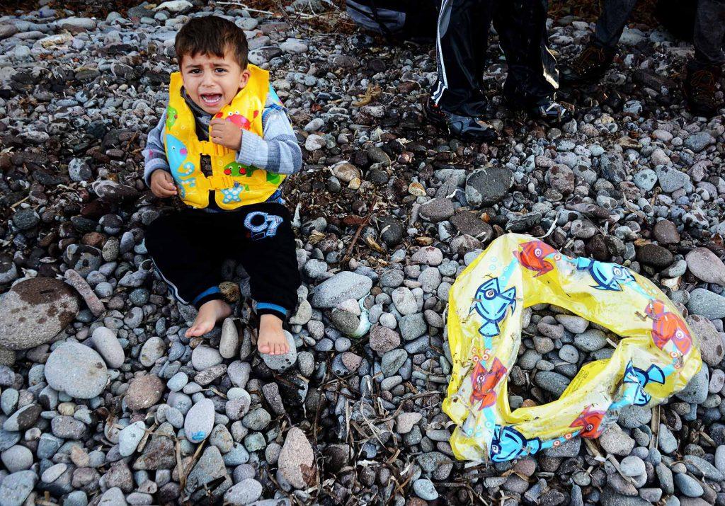 niño refugiado con flotador gabriel tizón