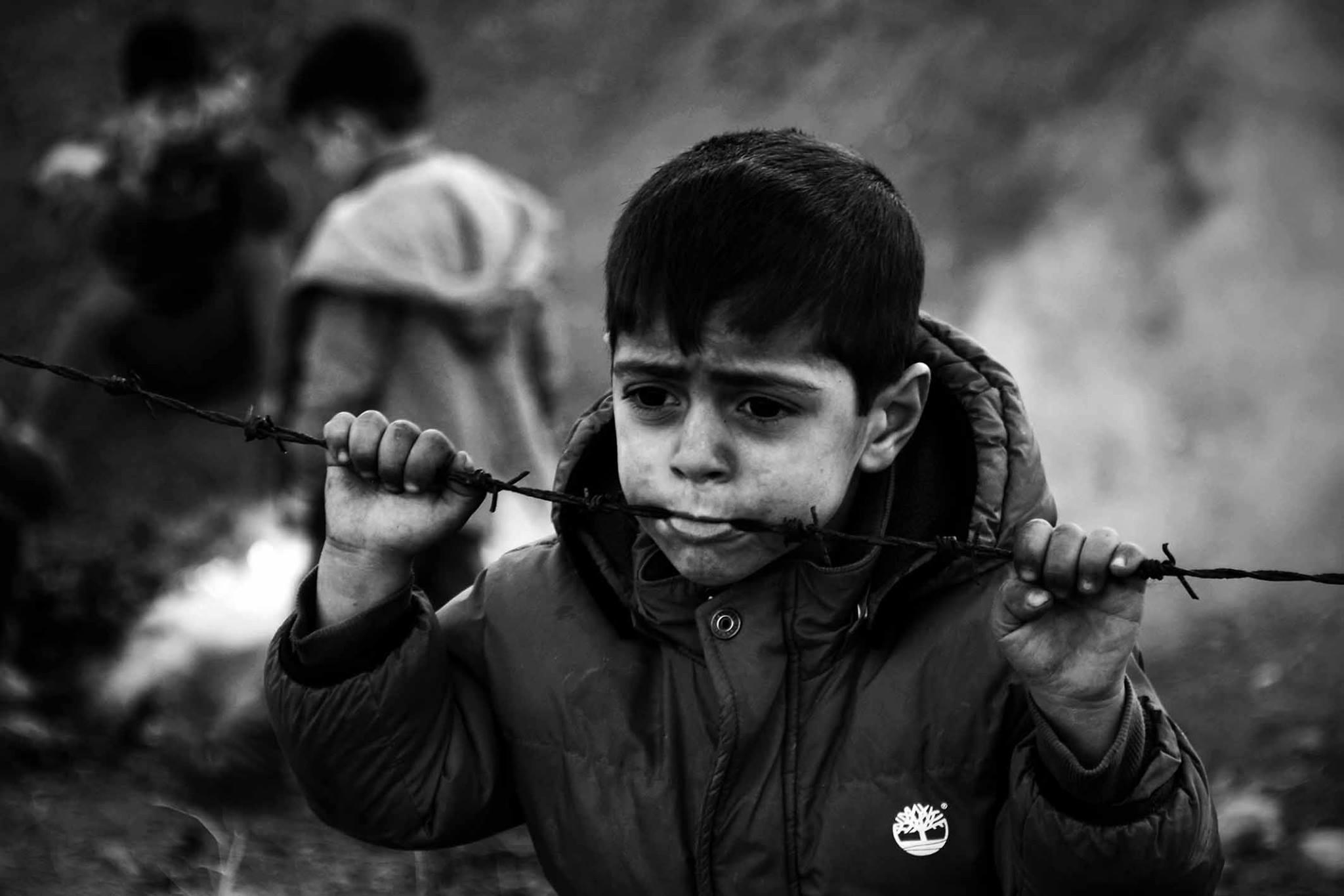 niño refugiado en la frontera europea